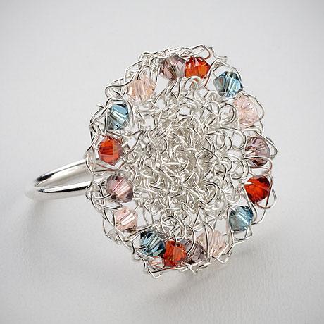 טבעת סרוגה מכסף עם חרוזי קריסטל סוורובסקי